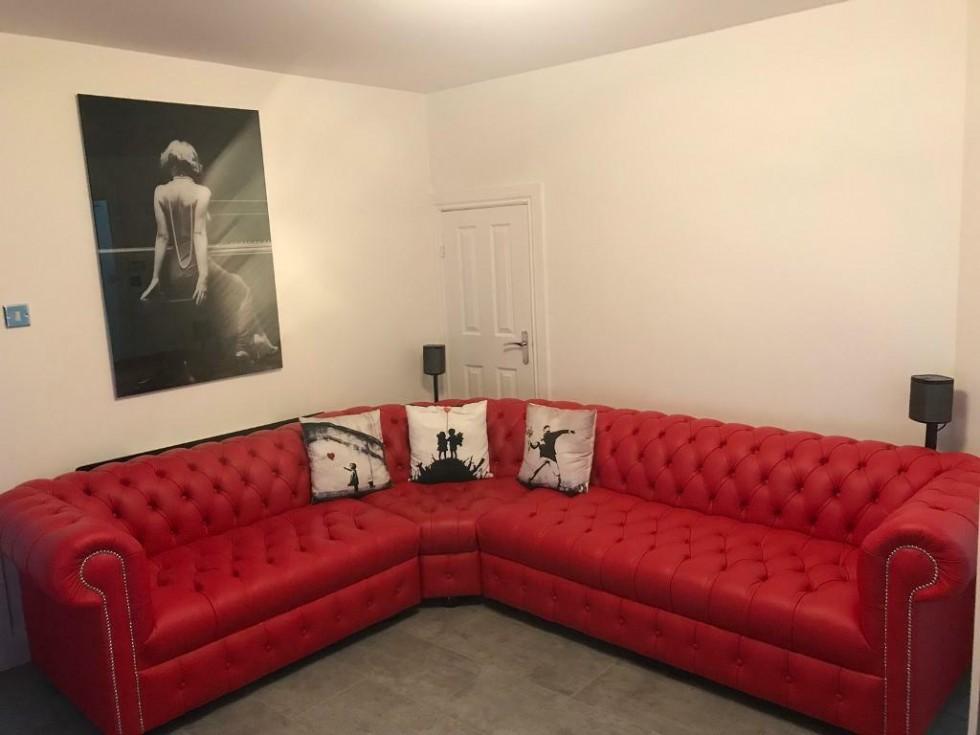 Kodu: 7894 - Kırmızı L Şekil Deri Chester Köşe Koltuk Takımı Klasik Kabaralı Tasarı